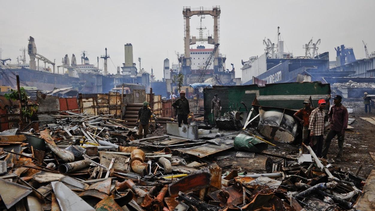 Bilderesultat for salvage yard ships
